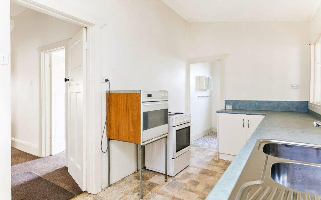 Old Victor Harbor kitchen renovated by Granite Homes